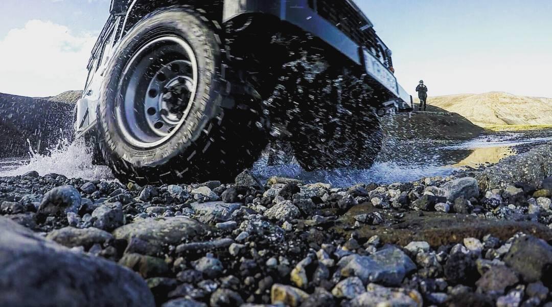 الأراضي الآيسلندية بمثابة المحمية، فحتى إن كانت الطرق مغمورة بالمياه تظل القيادة خارج الطريق محظورة تجنباً لأي تخريب للطبيعة!