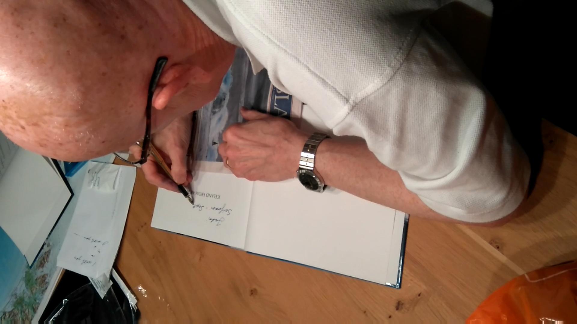 الطيار السباح Björn Rúriksson وهو يوقع لنا نسخنا من كتابه البديع Icelenad From Above