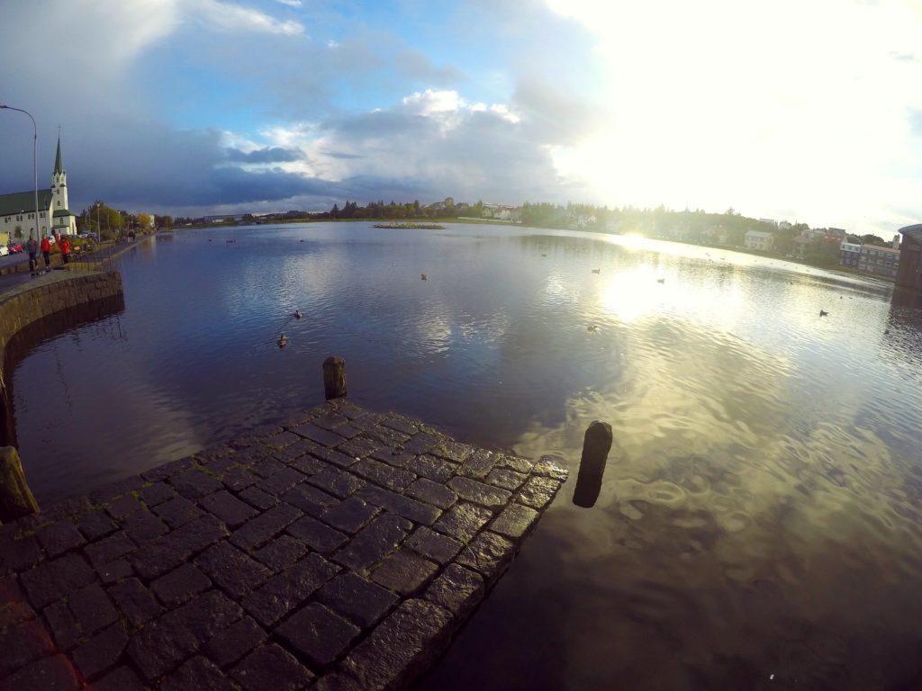 بحيرة تيورنين Tjörnin في وسط العاصمة الآيسلندية