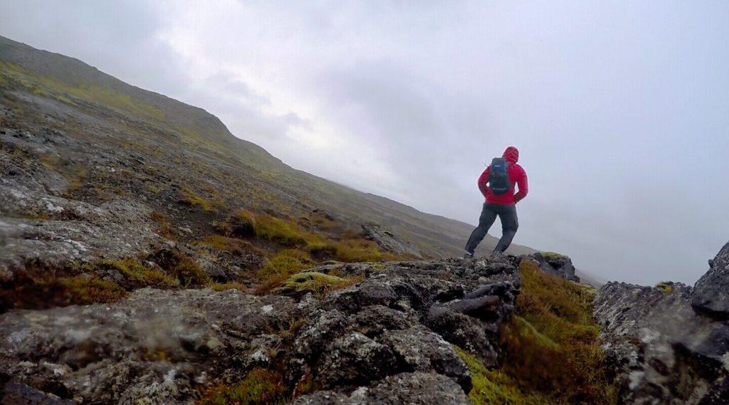 في قلب العاصفة، قرب الجبل المقدس Helgafell في منطقة هافنارفيوردور hafnarfjörður